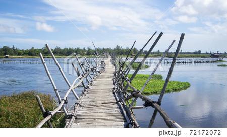 ベトナム・ホイアン 郊外にある竹でつくられた橋 72472072