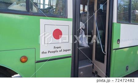 ラオス・ヴィエンチャン タイ国境から市内へ向かうバス 日本から贈られた車両 72472482