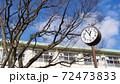 校舎 時計 青空 桜の木 72473833