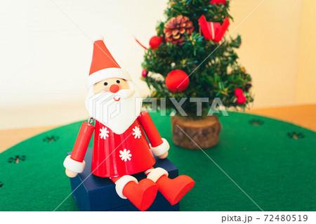 クリスマスのイメージ画像 サンタクロースとクリスマスツリー 72480519