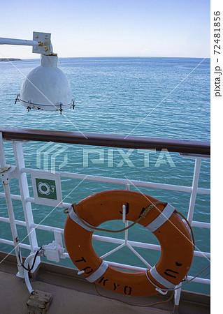 探照灯と救命浮き輪のあるクルーズ船 72481856