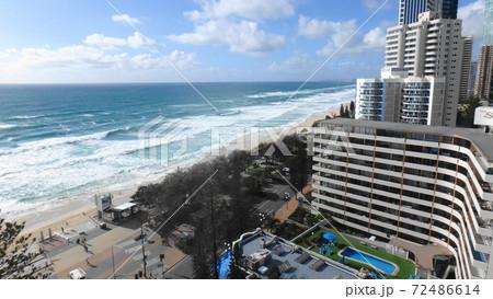 オーストラリア、ゴールドコーストの砂浜とビル 72486614