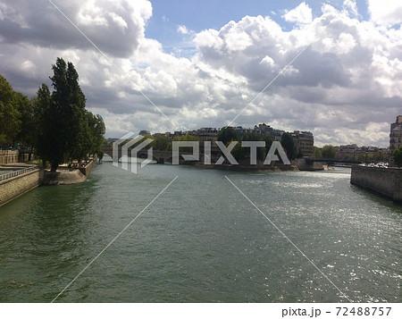 フランス・パリにあるセーヌ川の風景 72488757