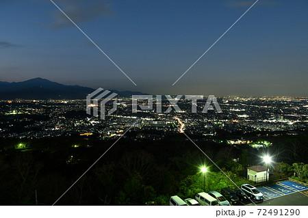 神奈川県平塚市の湘南平(高麗山公園)から見た伊勢原市方面の夜景 72491290