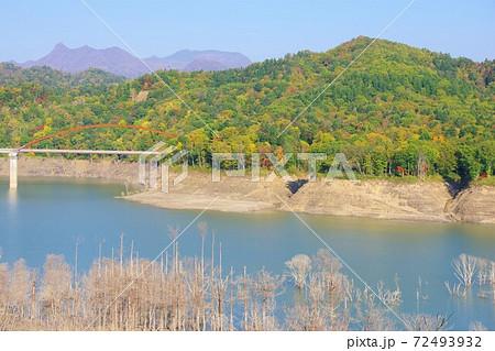 北海道夕張市 シューパロ湖と新白銀橋と夕張岳 72493932