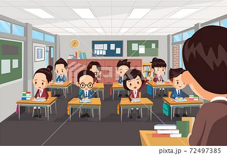 학교에서 선생님이 학생들을 가르치고 있음 72497385