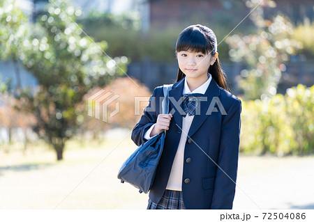 通学する制服の女子中学生 72504086