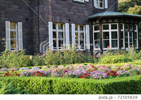 旧古河邸洋館前の手入れの行き届いた花壇 72505639