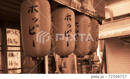 セピア調の世界(埼玉県川口市の風景・赤ちょうちんのある居酒屋の風景) 72506757