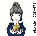 女性が星を掲げる 72506784