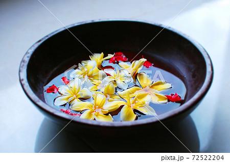 黄色と赤の花びらが入ったフットバス 72522204