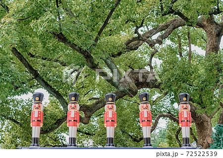 東京都千代田区日比谷にある公園に飾られた兵隊の人形 72522539