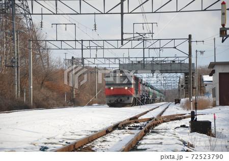 信号場となる前の美々駅で特急列車の通過を待つ貨物列車 72523790