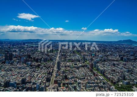 台北101から見える台北の街並みと青空 72525310