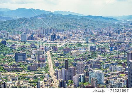 台北101から見える台北の街並みと青空 72525697