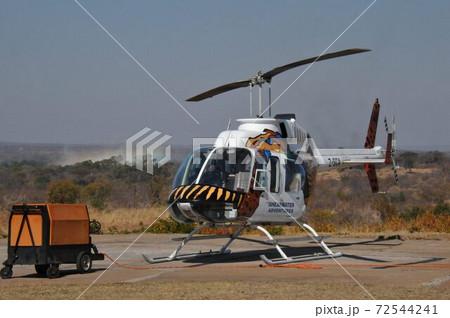 世界三大瀑布ビクトリアの滝遊覧飛行のヘリコプター 72544241