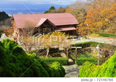 御殿場市 乙女森林公園第2キャンプ場の管理棟と紅葉 72546760
