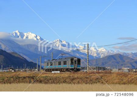 大糸線 初冬の北アルプス山麓を行く普通列車 72548096