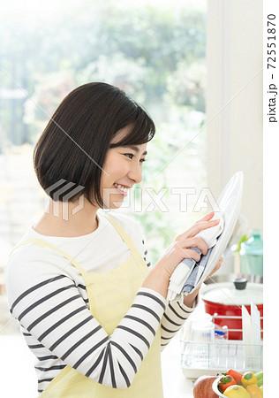 キッチンで家事をする女性 72551870