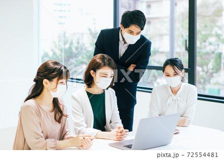 マスクでミーティングをするビジネスチーム 72554481