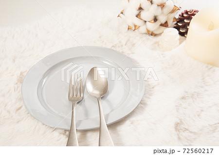 カトラリーとふわふわの置物 冬イメージ 72560217