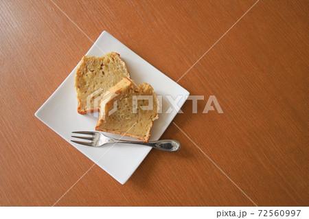 手作りのバナナケーキとお皿とフォーク 72560997