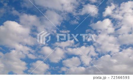 青空に描く、絵の具のような白い雲 72566593