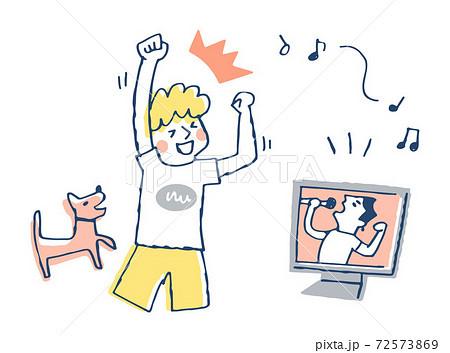 オンラインライブを楽しむ男性 72573869