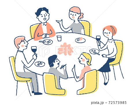 会食をする男女 72573985