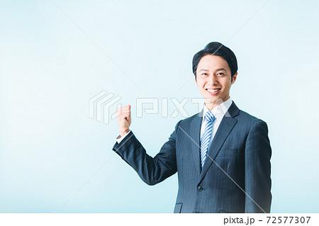 男性 スーツ ビジネス 背景無し 72577307