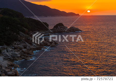 東シナ海に沈む屋久島の夕日。離島・環境・エコのイメージ表現 72578721