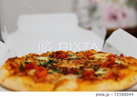 家で食べる宅配ピザ(マルゲリータピザ) 72580044