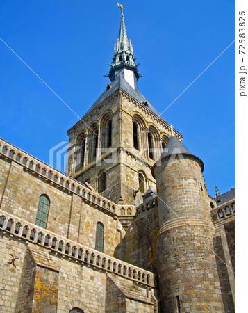 修道院モンサンミシェルの城郭内にそびえる尖塔 72583826