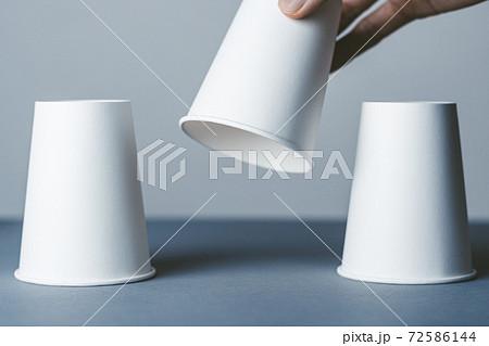 紙コップを持ち上げる人 72586144