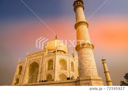 夕焼けに包まれるタージマハル(インド・アーグラ) 72595927