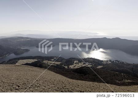 箱根 駒ケ岳展望台から見下ろす秋の芦ノ湖 72596013