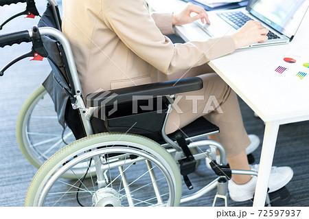 オフィスで仕事をする車椅子の女性 顔なし 72597937