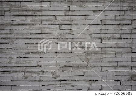 レンガのように積まれたコンクリートの壁 72606985