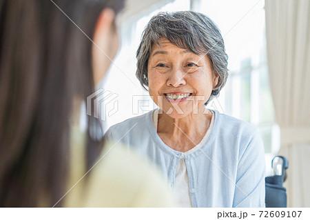 介護施設でおしゃべりするシニア女性 72609107