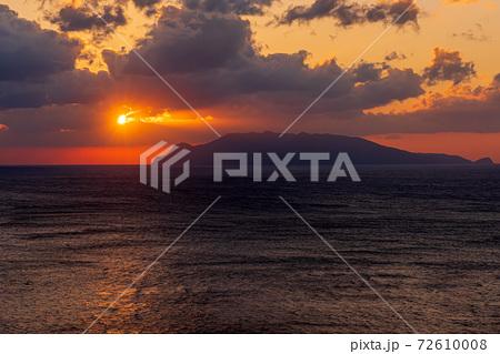 秋の夕日に映える口永良部島の夕景。屋久島からの絶景 72610008