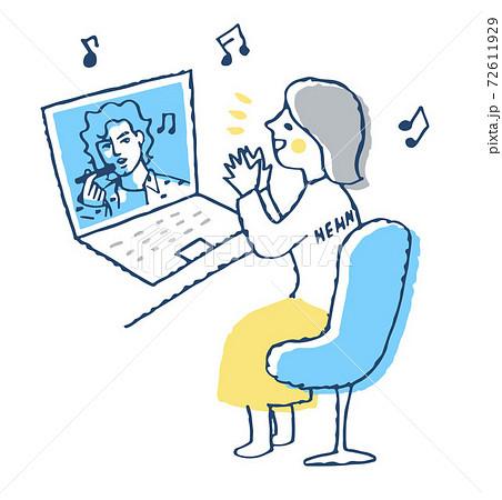 ノートパソコンで動画を楽しむ女性 72611929