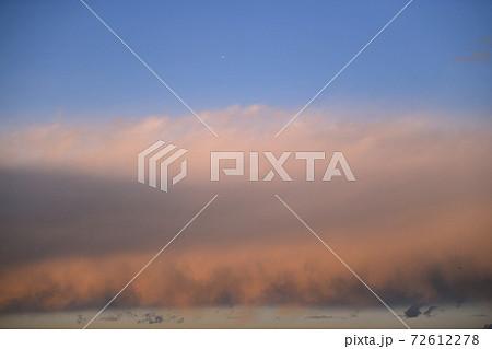 日本の雲風景 青空と夕焼けに映える雲(上空に飛行機、夕焼け雲のところのはヘリコプター) 72612278