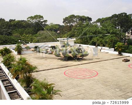 ベトナム, ホーチミン/サイゴンの統一会堂(旧大統領官邸)の屋上にあるヘリコプター 72615999