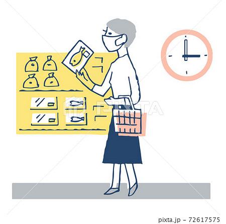 オフピークショッピング スーパーマーケットで買い物をする女性 72617575