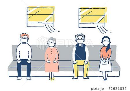 感染症予防対策 電車内で一定の間隔を空けて座る人々  72621035