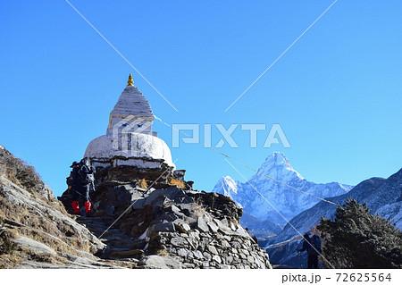 ネパール・ヒマラヤ アマダブラム山と仏塔 72625564