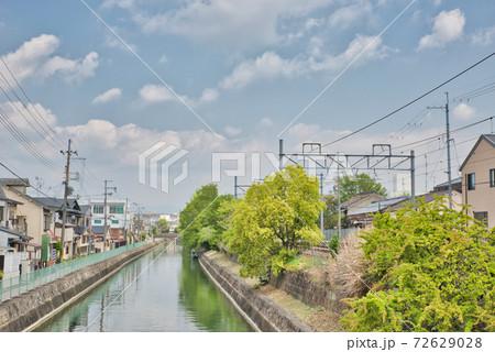 【京都府】5月・新緑時期の伏見稲荷大社参道からの眺め 72629028