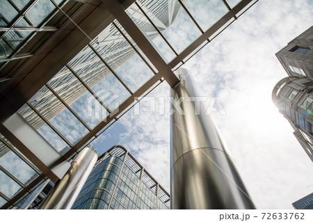 ロンドン東のドックランズの街並み 高層ビル群と丸いシルバーの柱 72633762