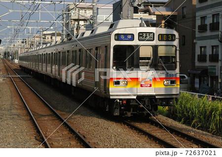 東急大井町線、九品仏駅に入線する各駅停車(8590系電車) 72637021