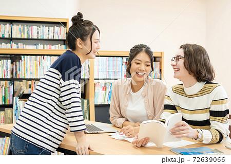 図書室で勉強する女子大生と留学生 撮影協力:中央工学校附属日本語学校 72639066